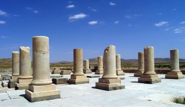 ستون های واقع شده در پاسارگاد، پایتخت امپراتوری هخامنشیان